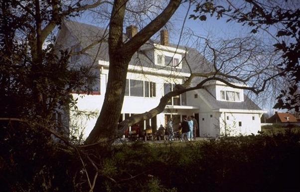 """La Villa du Fonds Social construite en 1958-59 par les élèves de l'athénée d'Ixelles afin de permettre aux élèves les plus démunis de visiter la côté belge dans le cadre des activités parascolaires. Le groupement de l'athénée d'Ixelles est l'un des tout premiers et des plus dynamiques groupements parascolaires des années 60' et 70'. Aujourd'hui La maison de vacances """"Les Petits Oiseaux"""" à Oostduinkerke."""